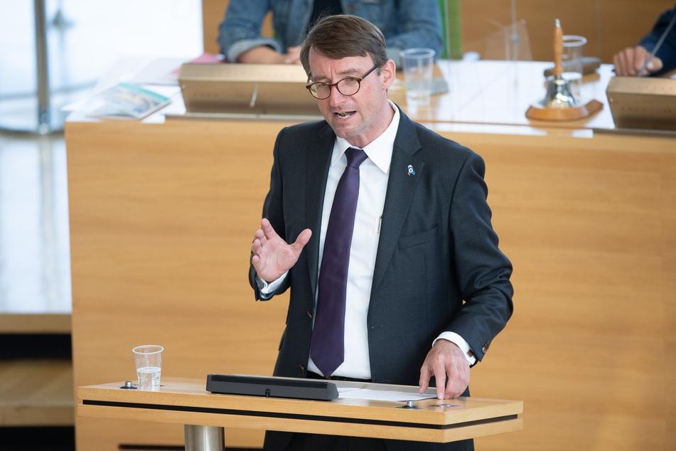 Roland Wöller (CDU), Innenminister von Sachsen, spricht im sächsischen Landtag zu den Abgeordneten.
