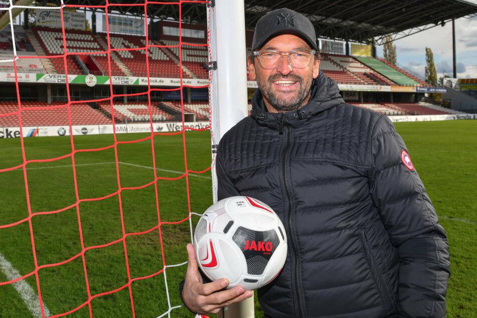 Claus-Dieter Wollitz (55) steht 2019 im Stadion der Freundschaft. Die Vereinslegende heuert zum dritten Mal als Trainer beim FC Energie Cottbus an. (Archivfoto)