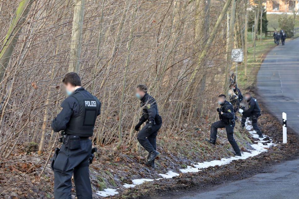 Etliche Polizisten durchkämmen den Schubertgrund in Lichtenau. Sie suchen nach dem seit Mittwochnachmittag vermissten Jeremias J. (14).
