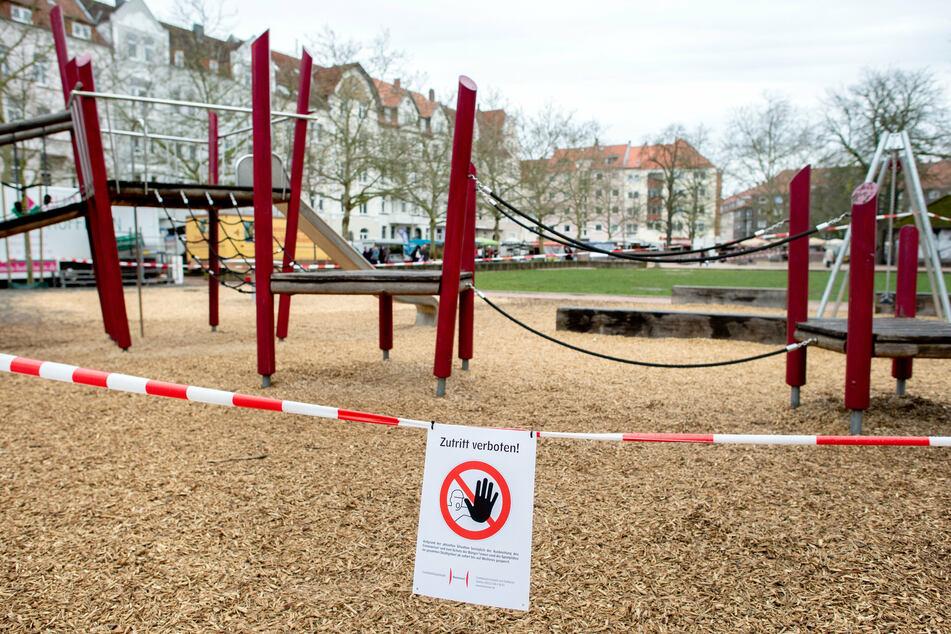 Niedersachsen, Hannover: Ein Spielplatz in der Südstadt ist mit Flatterband abgesperrt.