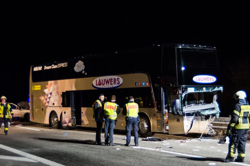 Ein Geisterfahrer stößt bei einem Unfall auf der A61 frontal mit einem Bus zusammen.