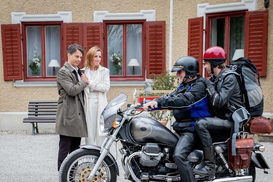 Alfons (Sepp Schauer) und Benni (Florian Burgkart) brechen mit dem Motorrad auf, Robert (Lorenzo Patané) und Cornelia (Deborah Müller) nehmen Abschied.