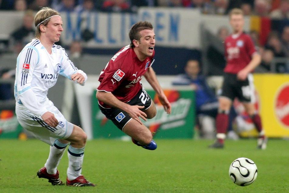 Christian Poulsen (l) kickte von 2002 bis 2006 für Schalke 04. Hier foulte er 2006 Hamburgs Rafael van der Vaart.