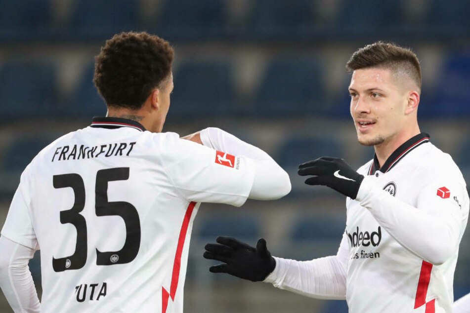Eintracht Frankfurts Luka Jovic freut sich mit Tuta über seinen Treffer zum 5:1 gegen DSC Arminia Bielefeld.