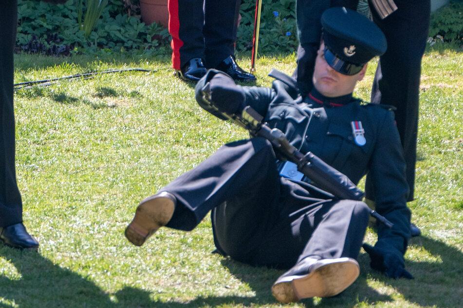 Soldat fällt bei Prinz Philips Beisetzung in Ohnmacht, was war mit ihm los?