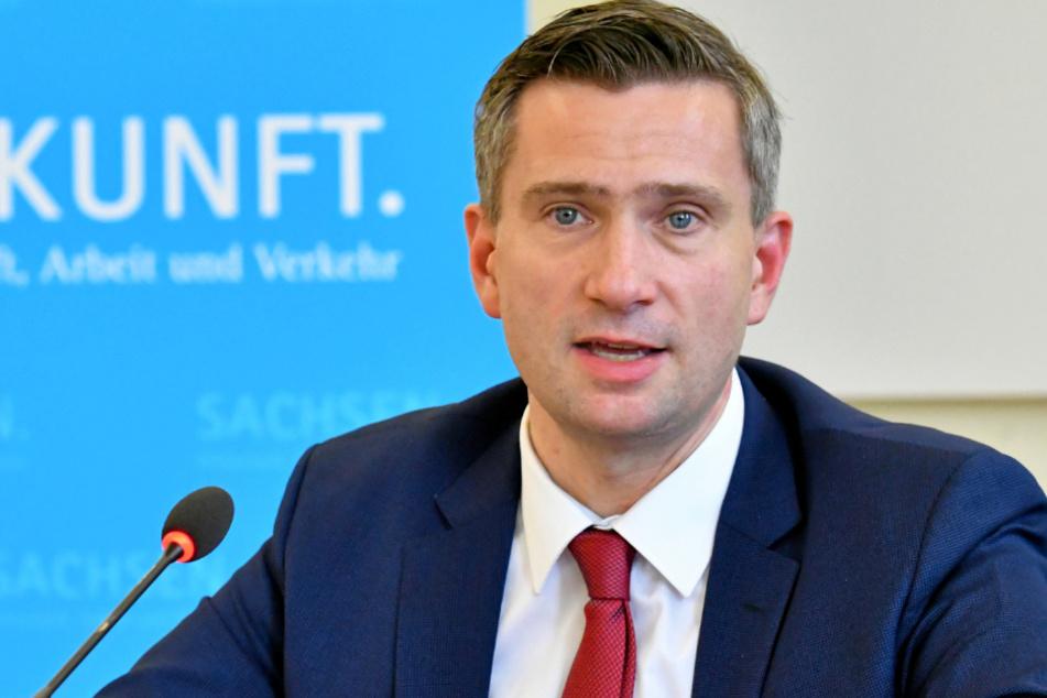 Martin Dulig (46, SPD) verkündet für Friseure: 20 Quadratmeter Platz pro Kunde müssen ab Montag nun doch nicht sein, aber Sicherheitsabstand.