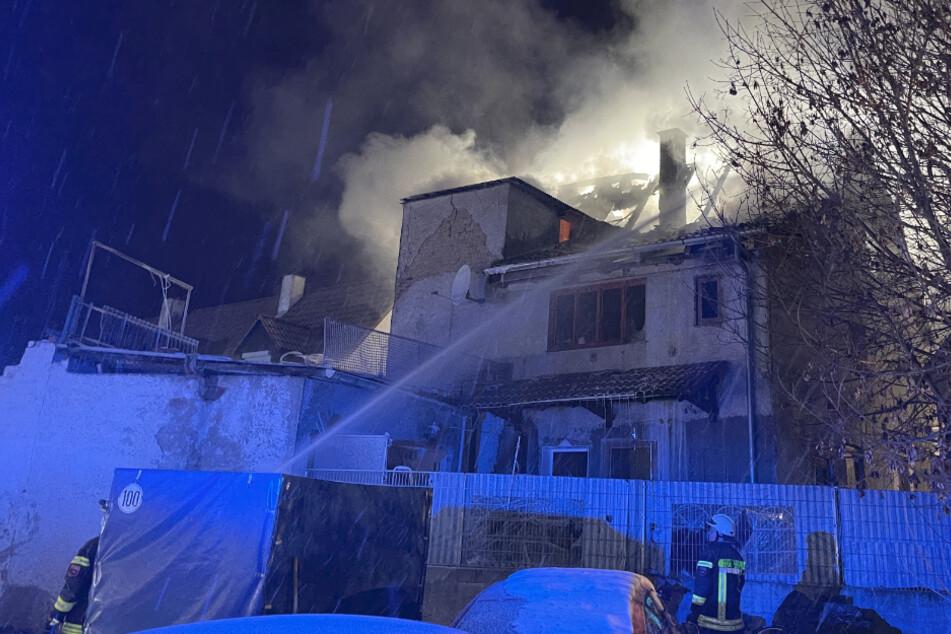 Drei Kleinkinder in Flammenhölle schwer verletzt: Wohnhaus durch Feuer komplett zerstört
