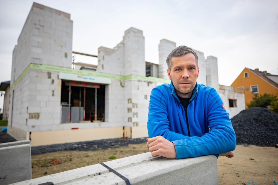 """Benjamin Arndt (34) baut das Eigenheim für seine Familie mit viel Eigenleistung. """"Ich bin dankbar, dass meine Familie mich dabei so unterstützt"""", sagt er."""