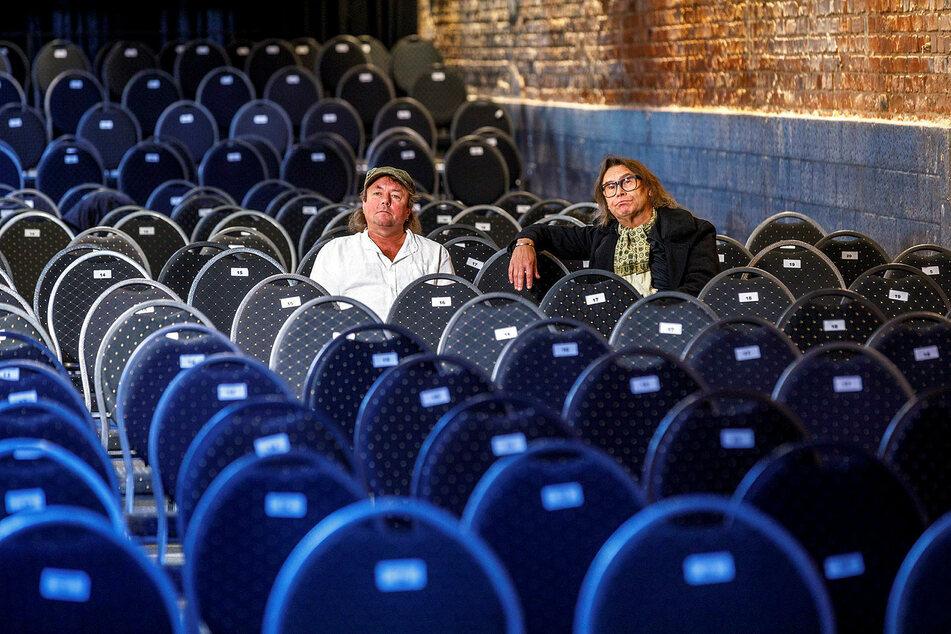 Statt Publikum leere Stühle. Kai Neumayer (l.) und Joachim Lippmann vermissen die Dinnershow-Gäste.