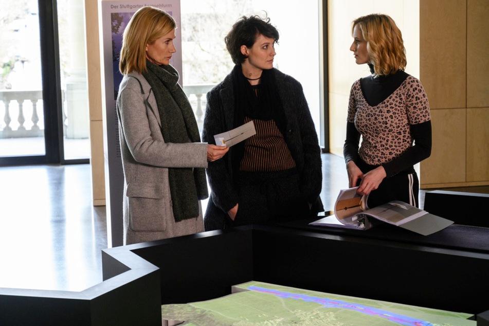 Martina Seiffert (Astrid M. Fünderich, l.) und ihre neue Kollegin Nele Becker (Nina Siewert, M.) erhoffen sich Hinweise von der Museumsmitarbeiterin Janina Schneider (Pia-Micaela Barucki, r.).
