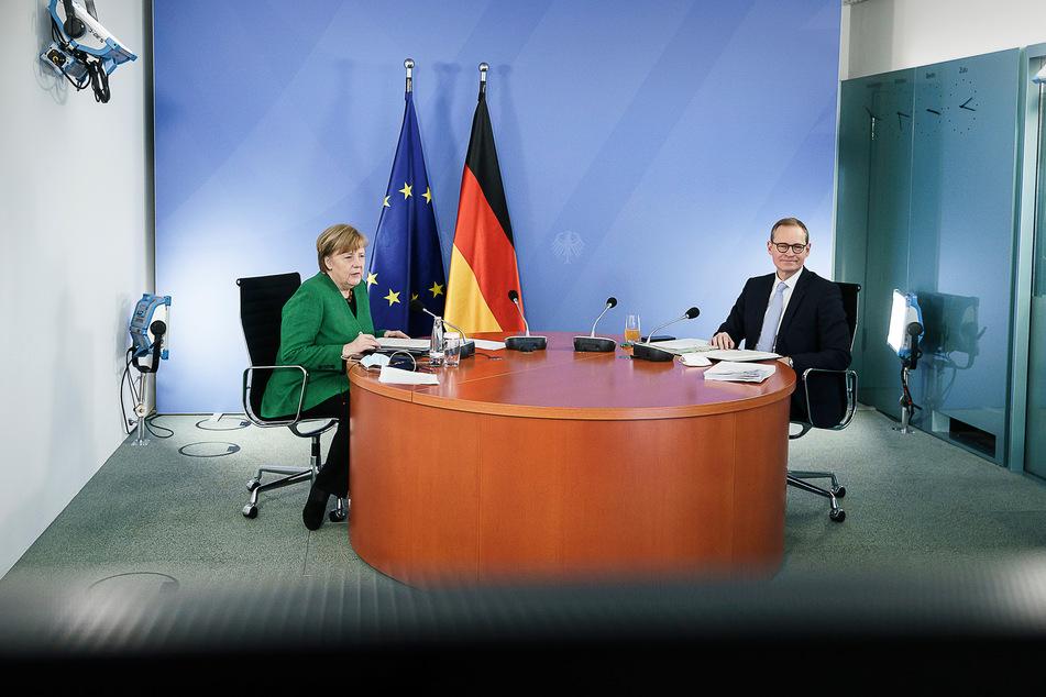 Angela Merkel (66, CDU) und der Berliner Bürgermeister Michael Müller (56, SPD) sprechen bei der Corona-Videokonferenz mit den Ministerpräsidenten der Länder.