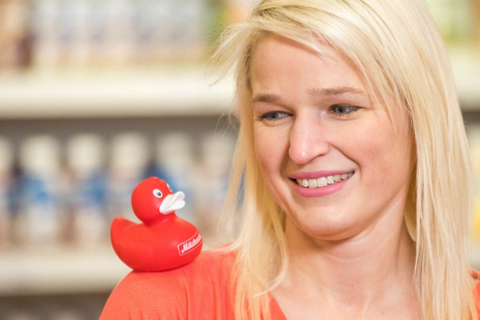 """Die rote """"Milchwerk""""-Ente quietscht auf der Schulter von Mitarbeiterin Kathleen Freude (33)."""