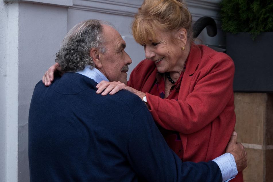 Robert Hofstetter (Christian Kohlund, 70) erzählt Marion (Hannelore Hoger, 78) scheinbar nur die halbe Wahrheit.