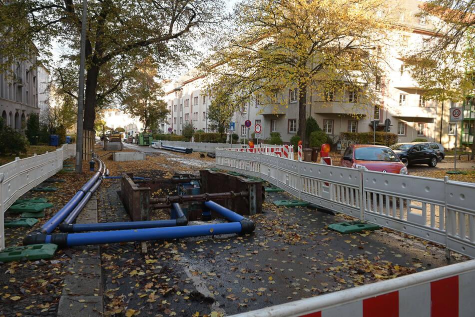 Die Baustelle in der Barbarossastraße nimmt Parkplätze weg und sorgt für Umleitungen.