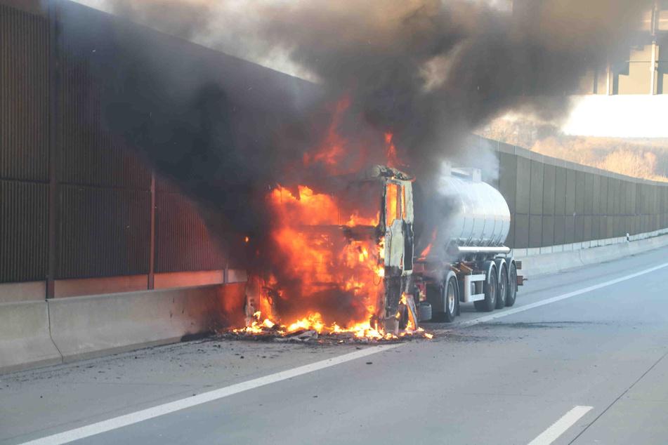 Auf der A9 stand am Montag ein Lkw in Flammen.