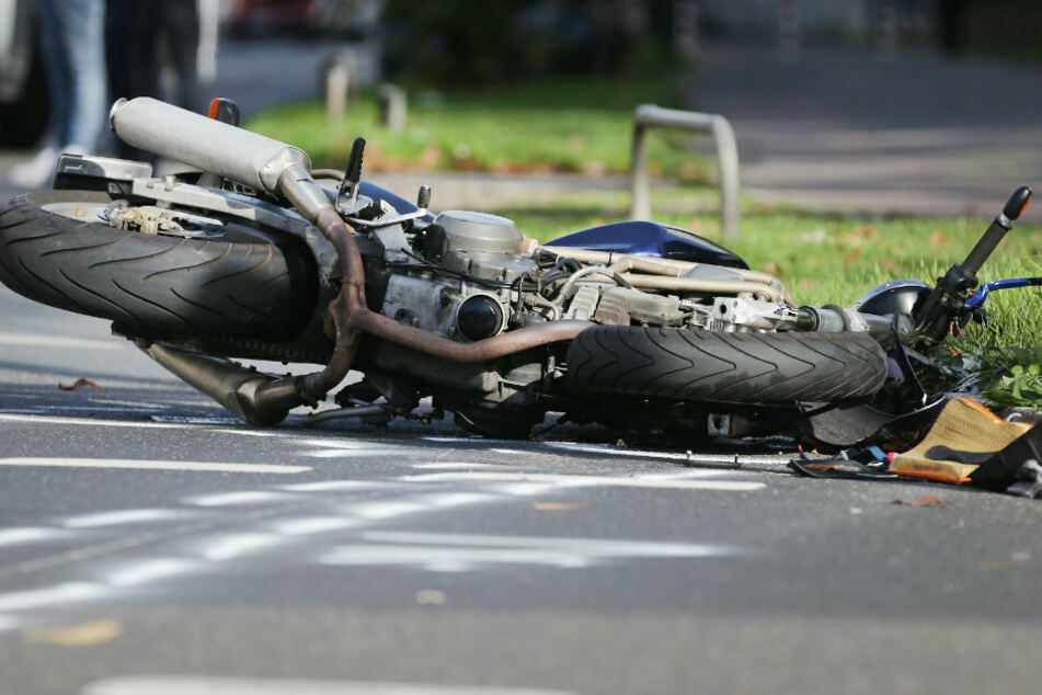 Berlin: Tödlicher Biker-Unfall: Motorradfahrer prallt gegen Straßenbäume