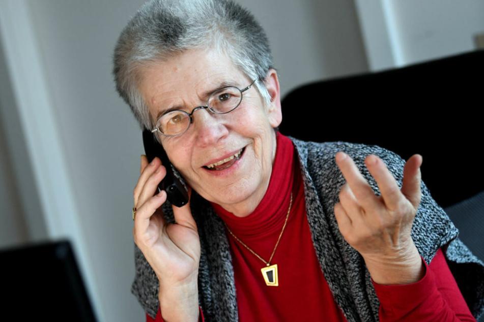 """""""Silbernetz""""-Initiatorin Elke Schilling telefoniert in ihrem Büro. Im Teil-Lockdown melden sich vermehrt Senioren beim bundesweiten Einsamkeitstelefon."""
