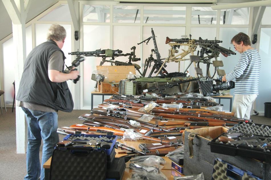 Ermittler von Staatsanwaltschaft und Polizei präsentieren eine Auswahl aus dem Waffenlager des Mannes.
