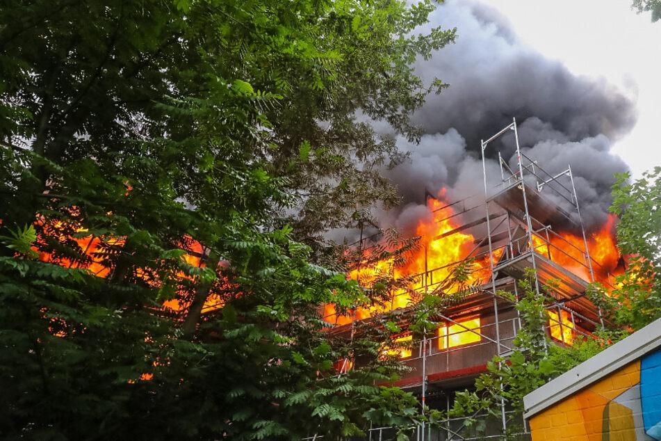 Flammen schlagen aus dem Neubau in Berne.