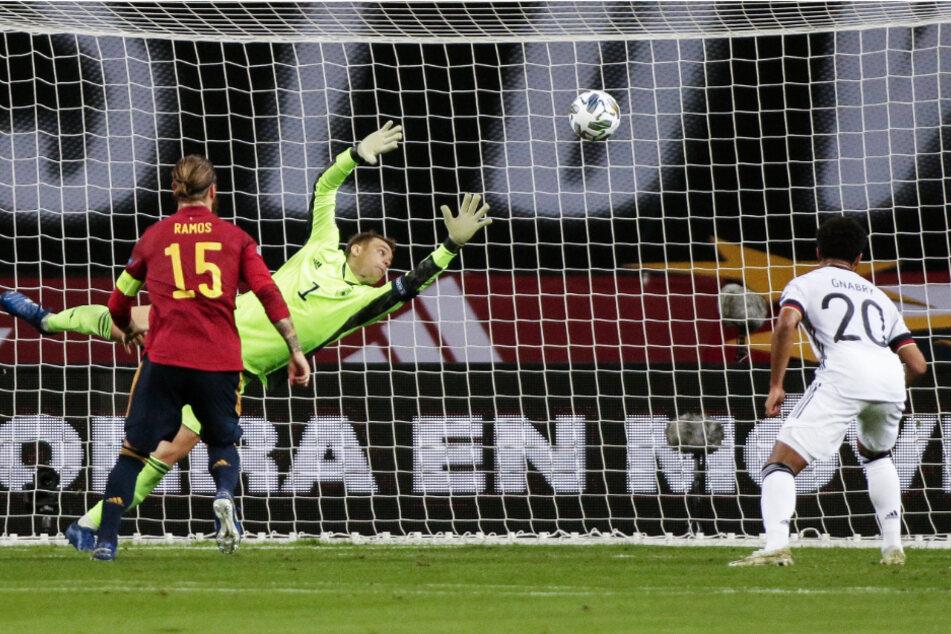 Manuel Neuer (M.) erlebte ein Rekord-Länderspiel zum Vergessen: Hier streckt er sich beim Kopfball von Rodri (nicht im Foto) vergeblich und kann das 0:3 nicht verhindern.
