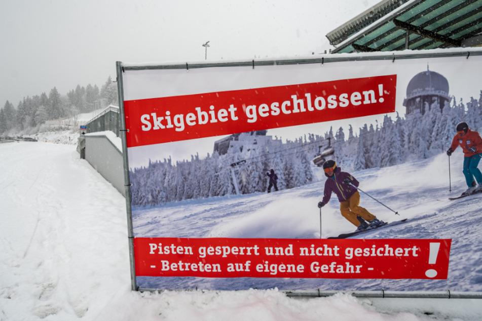 """""""Skigebiet geschlossen!"""" steht vor der Skipiste am Großen Arber auf einem großen Banner."""