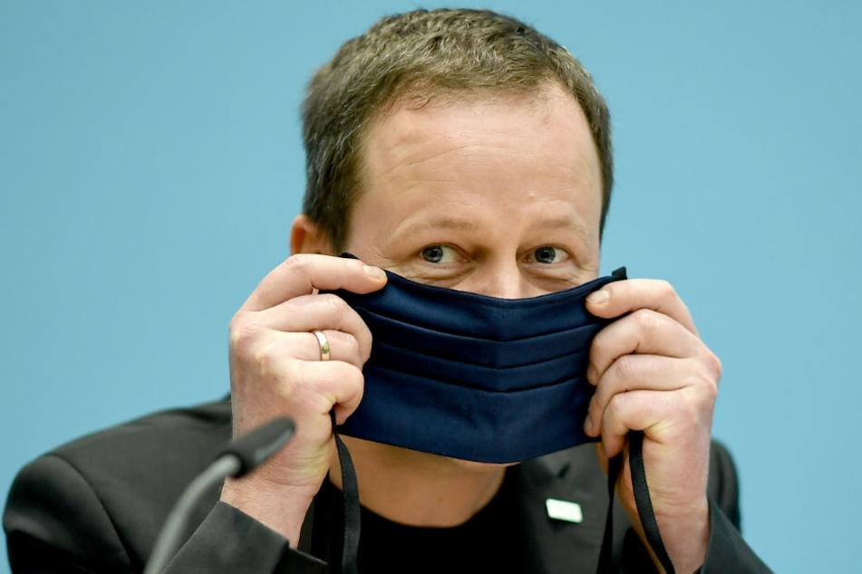 Klaus Lederer (Die Linke), Senator für Kultur und Europa des Landes Berlin, zeigt bei der Senats-Pk wie man einen Mund-Nasen-Schutz trägt.