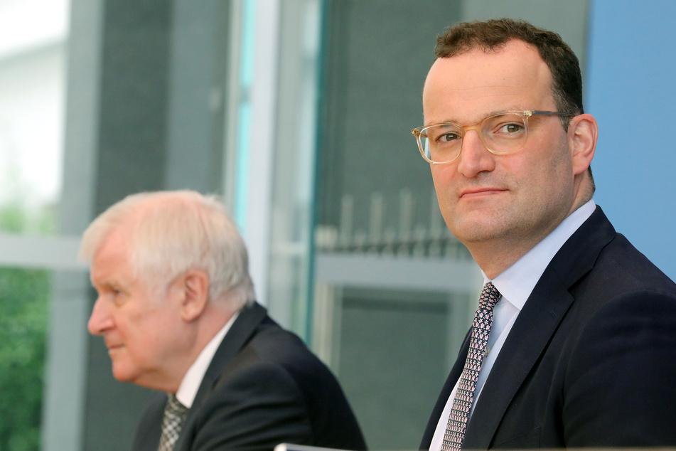 Jens Spahn (41, CDU, r.) und Horst Seehofer (72, CSU), Bundesinnenminister, bei einer Pressekonferenz am Mittwoch in Berlin.