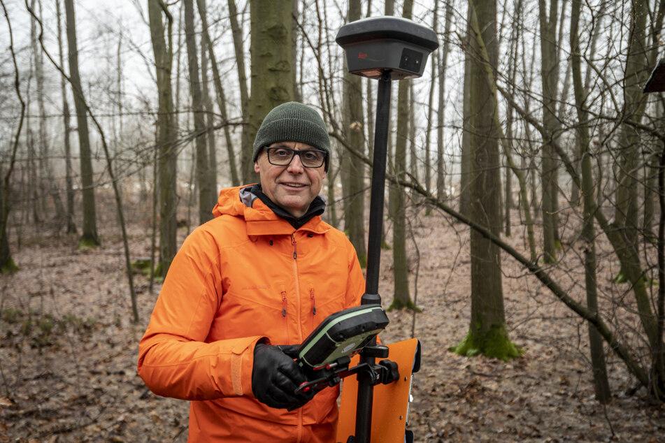 Grenz-Kenner: Der Chemnitzer Vermessungsingenieur Detlef Wuttke (59) beim Grenzstein-Aufspüren auf dem Beutenberg.