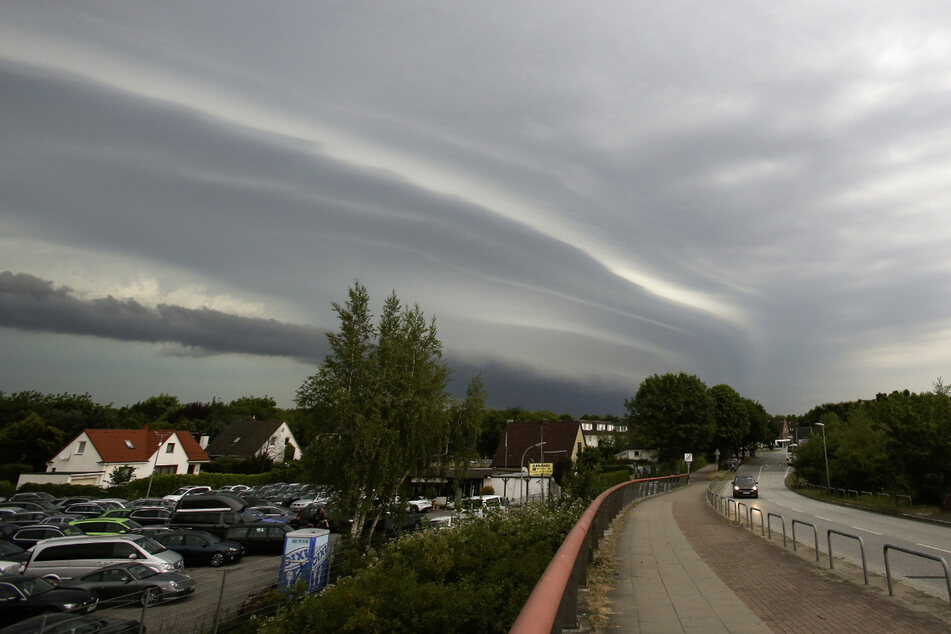 Gewitter können den gesamten Montag über Norddeutschland ziehen. (Archivbild)