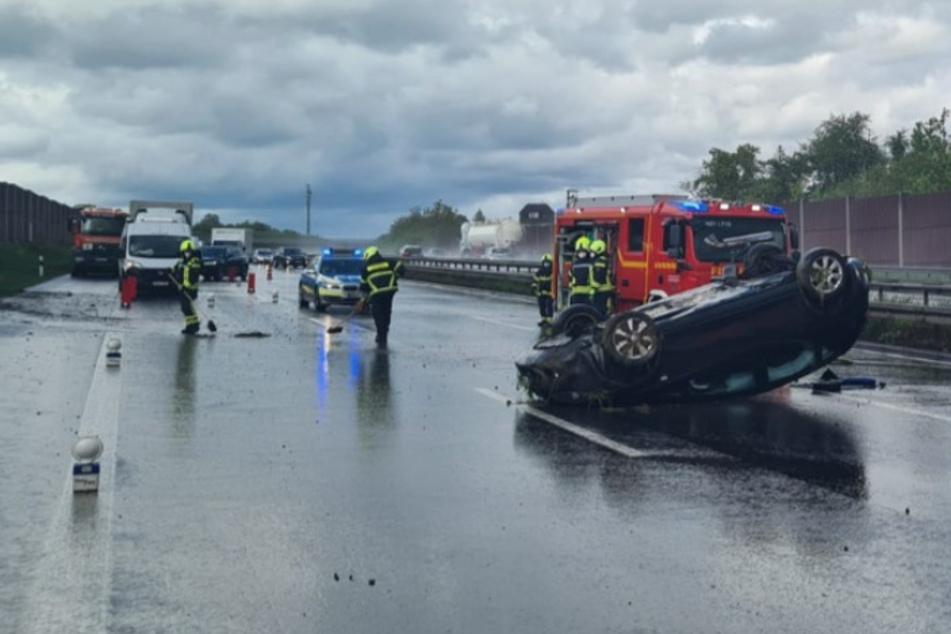 Das Auto blieb nach dem Unfall auf dem Dach auf der A3 bei Sankt Augustin liegen.