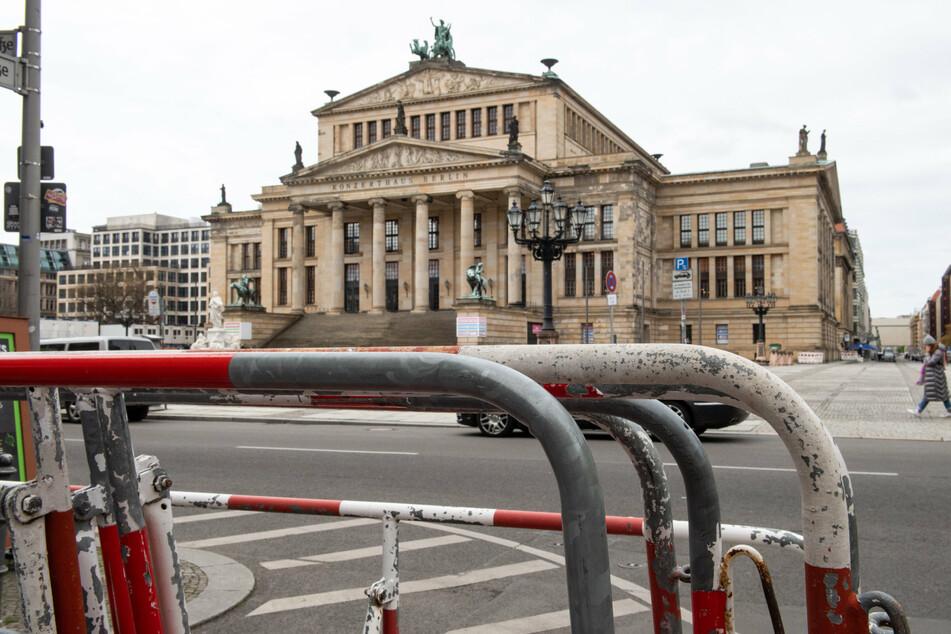 Absperrgitter stehen vor dem Konzerthaus am Gendarmenmarkt bereit.