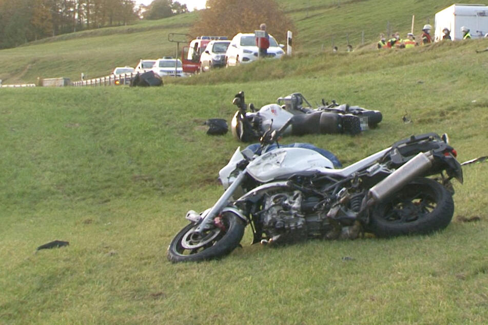 Biker stirbt bei Frontal-Crash mit Wohnmobil, zwei weitere krachen in Unfallstelle