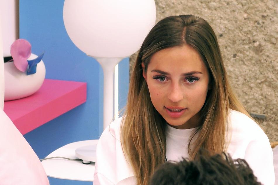 Bianca (23) muss sich dem Kreuzverhör ihres Ex-Couples Adriano (26) stellen. Der hadert nämlich mit ihrem neu gewonnenen Glück: Single-Boy Paco (25).