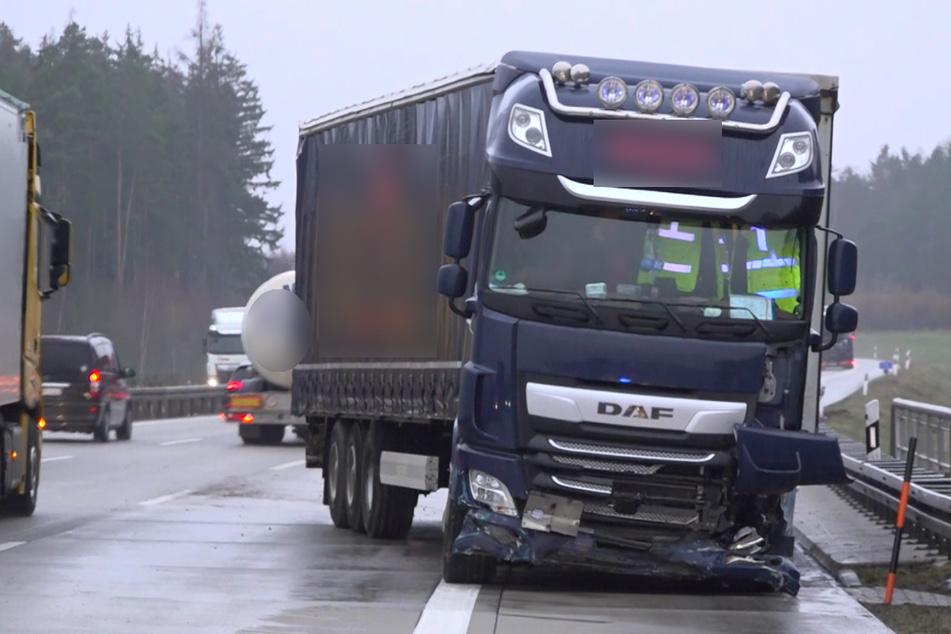 Am Dienstagmorgen ist auf der A9 ein Sattelschlepper auf die Gegenfahrbahn geraten. Es entstand ein Schaden von rund 60.000 Euro. Die Autobahn musste zeitweise gesperrt werden.