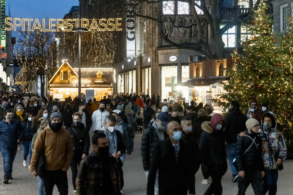Am Sonnabend vor dem 1. Advent shoppen zahlreiche Hamburger auf der Spitalerstrasse in Hamburgs Innenstadt. (Symbolbild)