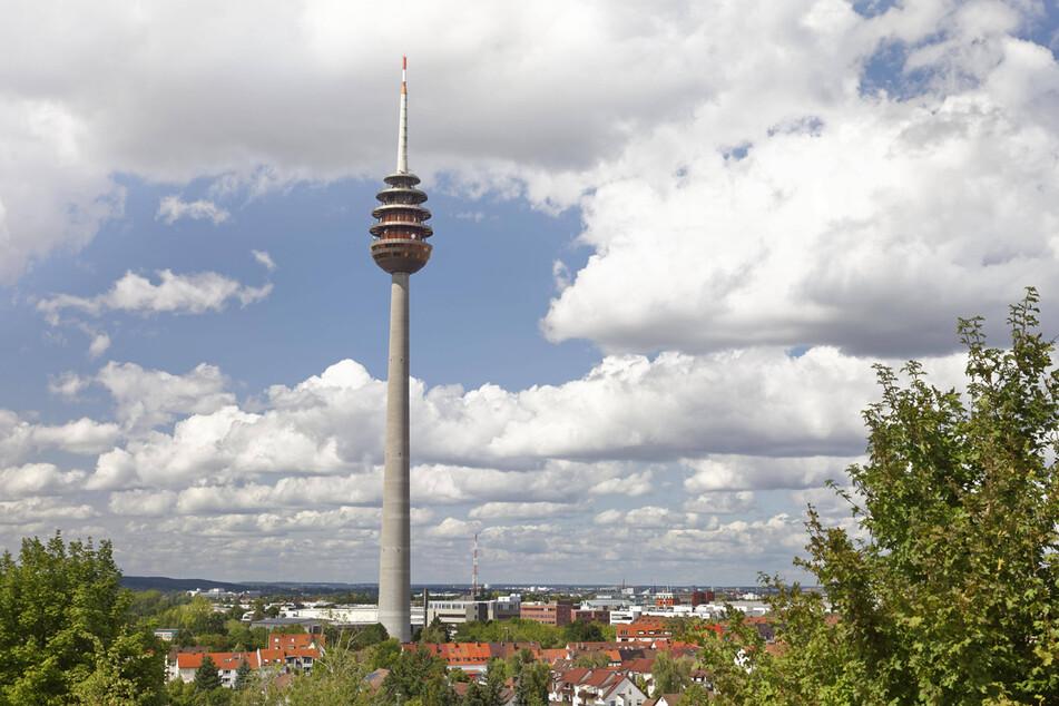 Der Funkturm in Nürnberg gilt ein Jahr nach seinem 40. Geburtstag offiziell als Denkmal. (Archiv)