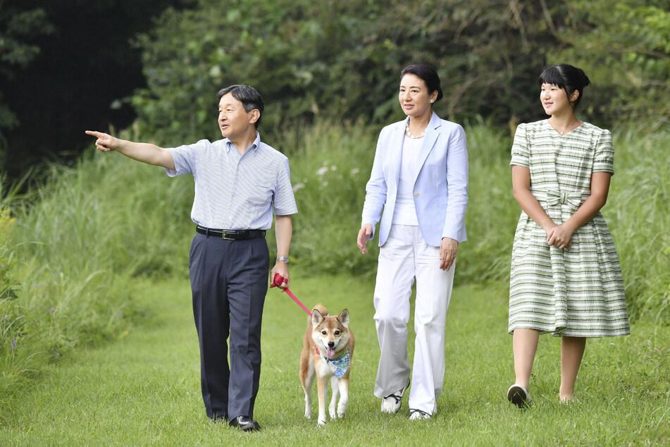 Der japanische Kaiser Naruhito (l-r), Kaiserin Masako und ihre Tochter Prinzessin Aiko während eines Sommerurlaubs. Die 18-Jährige wird in Zukunft nicht auf dem Thron sitzen.