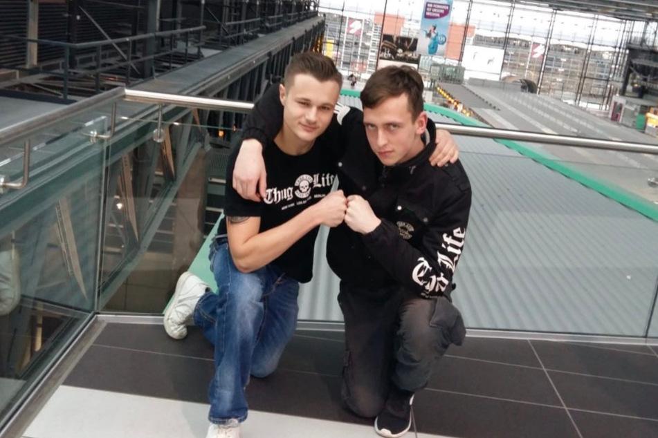 Lukas (rechts) am Dresdner Flughafen mit seinem Freund Pascal.