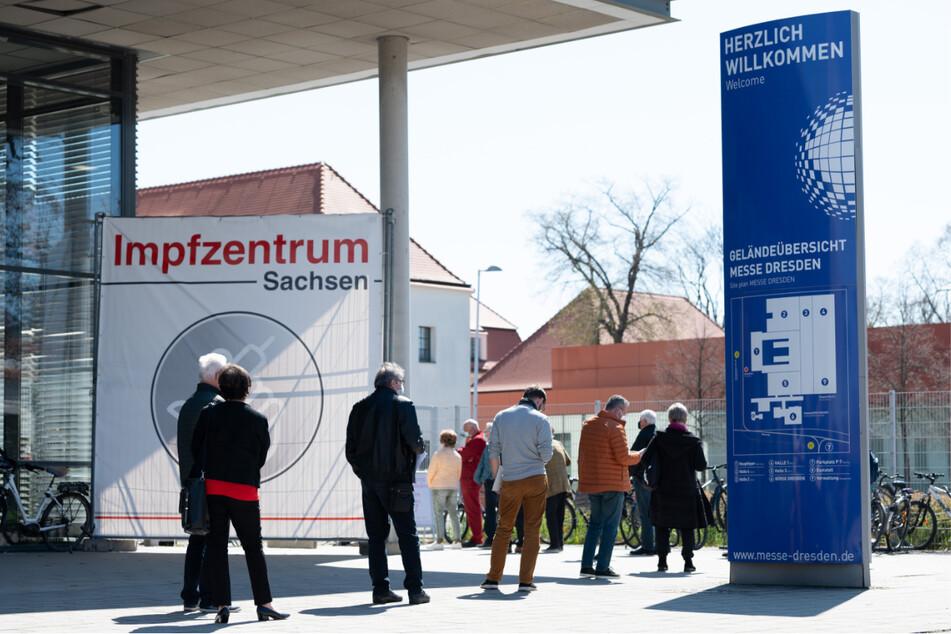 Menschen warten vor dem Impfzentrum Sachsen an der Messe Dresden.
