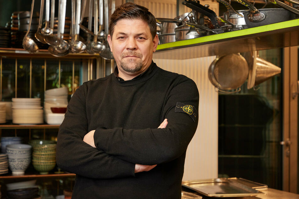 """Fernsehkoch Tim Mälzer (50) steht in der Küche seines Restaurants """"Die Gute Botschaft""""."""
