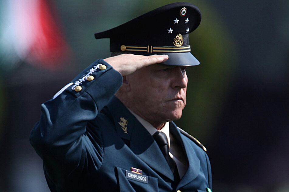 2016, Mexiko-Stadt: Salvador Cienfuegos Zepeda, damaliger Verteidigungsminister von Mexiko, salutiert vor Soldaten in einem Militärlager.