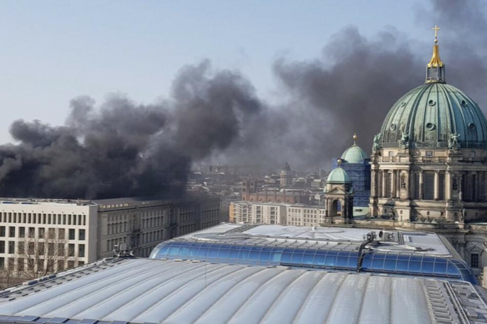 Nach Explosion: Riesige Rauchwolke über Berliner Stadtschloss!