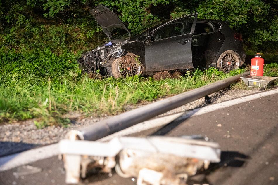 Ein 32-Jähriger hinterließ am Montagabend ein Trümmerfeld in Engenstein: Er kam von der Straße ab und fuhr drei Laternen um.
