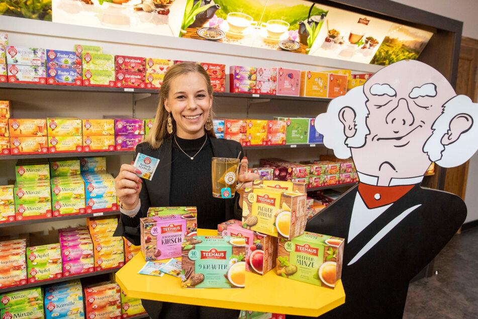 Anne Beyer (24) arbeitet im Teehaus-Werksverkauf. Sie hat den Überblick in der Vielfalt von gut 250 verschiedenen Tee-Sorten und -Mischungen.