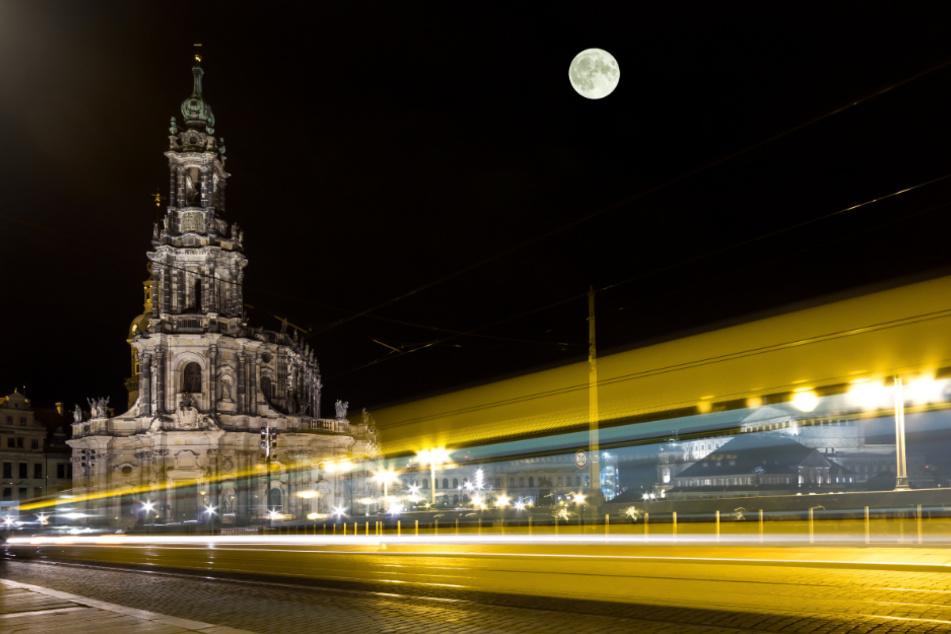 Der Vorfall ereignete sich bei Nacht in einer Dresdner Straßenbahn. (Symbolbild)