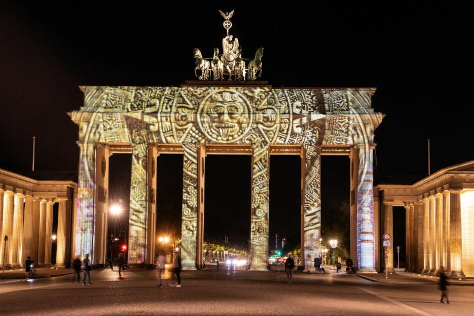 """Das Brandenburger Tor ist während der Lichtproben zum Freitag beginnenden """"Festival of Lights"""" illuminiert. Alljährlich werden in Berlin zahlreiche Bauwerke mit spektakulären Lichtshows angestrahlt. 2020 gilt dabei das Motto """"Together We Shine""""."""