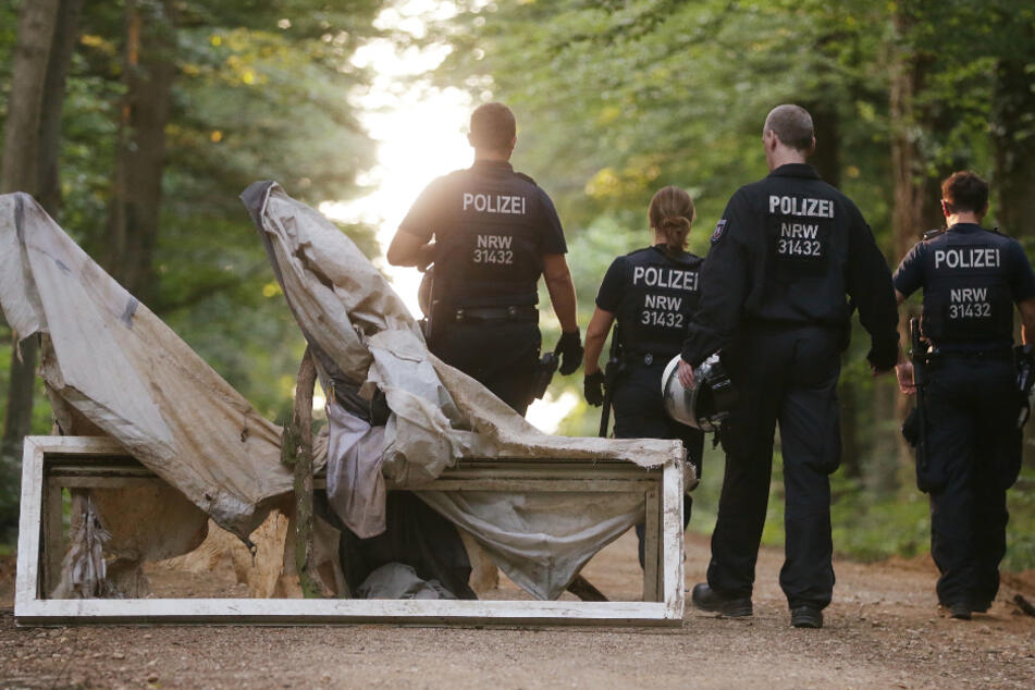Brennende Reifen und Barrikaden: Polizei erneut im Hambacher Forst