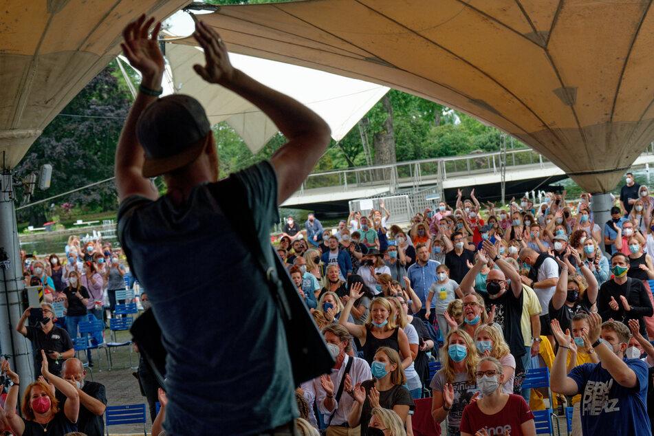 Mehrere Bands haben an Fronleichnam am Kölner Tanzbrunnen vor 500 Menschen gespielt und für gute Laune gesorgt.