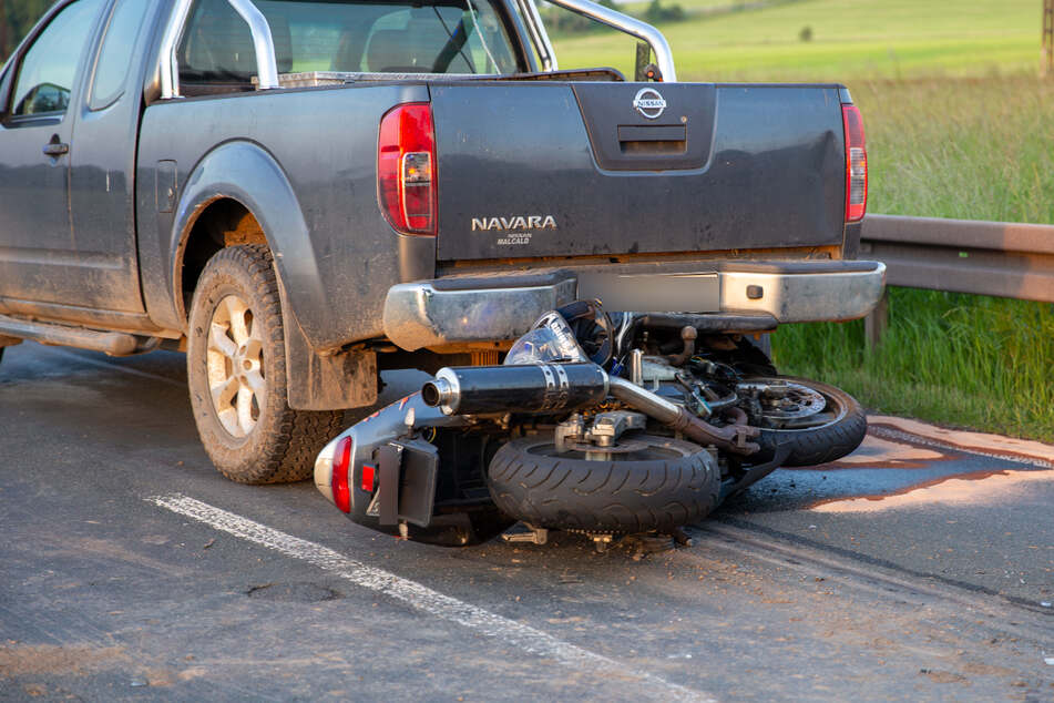 Am Mittwochabend ist bei Waltershausen ein Motorradfahrer (59) mit seinem Bike gestürzt. Er wurde schwer verletzt.