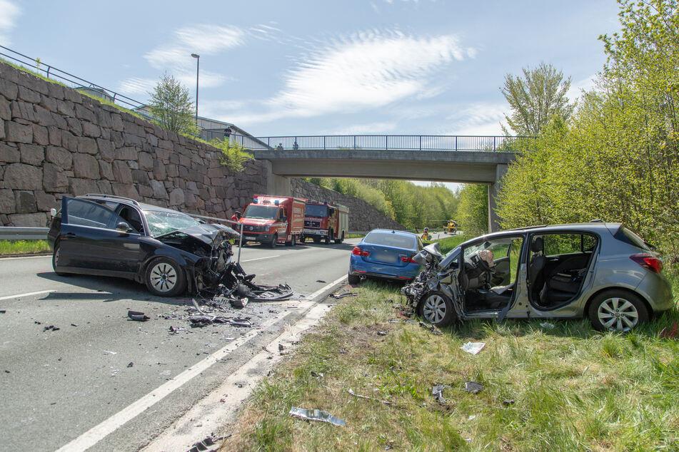 Die Fahrerin des Opel und der Fahrer des VW wurden bei dem Unfall schwer, der Beifahrer des Opel offenbar lebensbedrohlich verletzt.